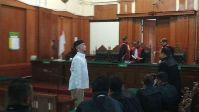 Ahmad Dhani di Pengadilan Negeri Surabaya, Jawa Timur.