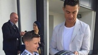 Cristiano Ronaldo memberi tanda tangan untuk Joseph