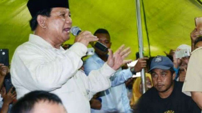 Prabowo Subianto saat kunjungi pengungsi gempa di Lombok Barat, NTB.