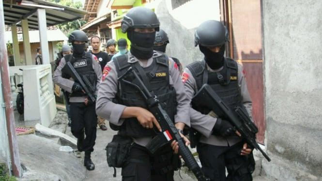 Densus 88 menangkap seorang terduga teroris.