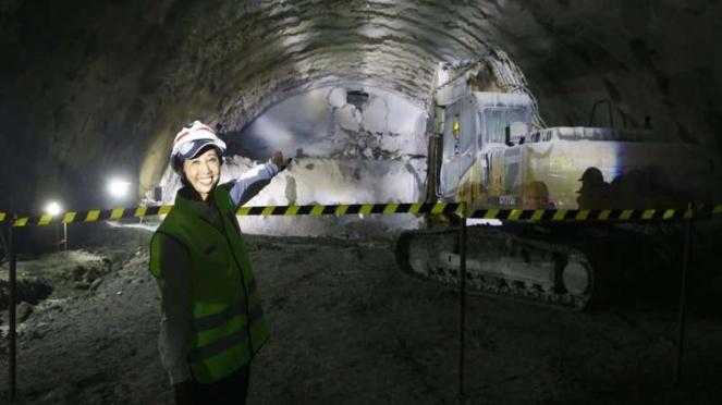 Menteri BUMN Rini Soemarno meninjau proyek pembangunan Kereta Cepat