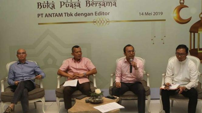Direktur Keuangan Aneka Tambang, Dimas Wikan Pramudhito (kedua kanan)