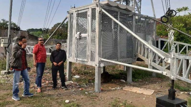 VP Technology Relations and Special Project Smartfren, Munir SP (tengah) saat meninjau 'Cell on Wheel' (COW) di Desa Sidamulya, Kecamatan Wanasari, Brebes, Jawa Tengah, Rabu, 15 Mei 2019.