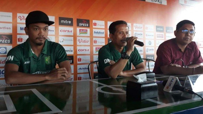 Pelatih Persebaya Surabaya, Djadjang Nurdjaman (tengah)
