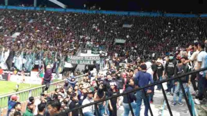 Kericuhan suporter PSS Sleman dengan Arema FC.