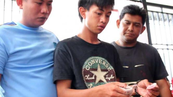 Polisi memperlihatkan contoh narkoba jenis Yaba yang ditemukan aparat Rumah Tahanan Kelas II B di Depok, Jawa Barat.