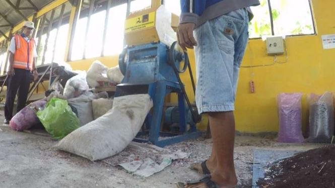 Proses penghancuran plastik sebelum jadi aspal