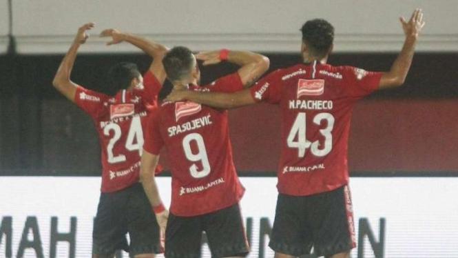 Para pemain Bali United merayakan gol Ilija Spasojevic (tengah)