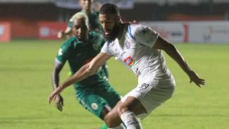 Penyerang Arema FC, Sylvano Comvalius, dalam laga melawan PSS Sleman