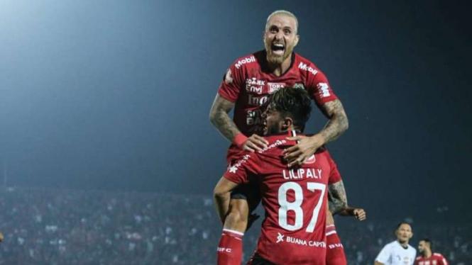 Bintang Bali United, Paulo Sergio, merayakan gol