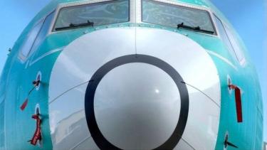 https://thumb.viva.co.id/media/frontend/thumbs3/2019/05/17/5cde2b4ee786c-boeing-mutakhirkan-perangkat-lunak-pesawat-737-max-yang-dituding-penyebab-jatuhnya-lion-air-jt-610_375_211.jpg