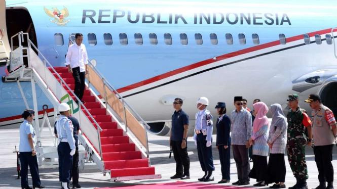 Presiden Joko Widodo tiba di NTB dengan pesawat Indonesia-1.