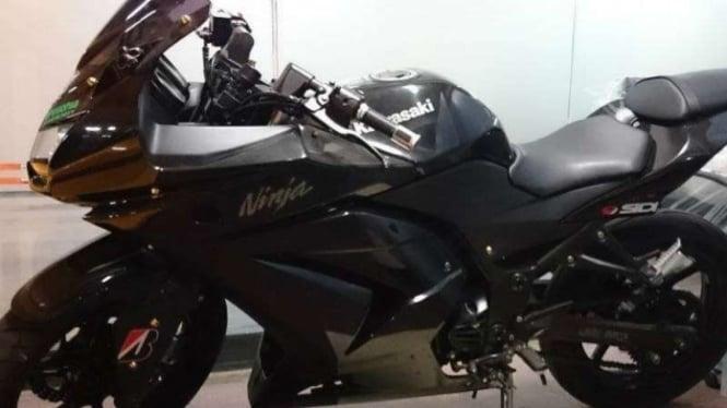Sepeda motor Kawasaki Ninja milik terpidana korupsi Fuad Amin, mantan bupati Bangkalan, yang disita oleh KPK dan dilelang untuk publik.