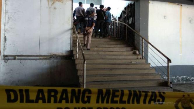 Polisi memeriksa lokasi penemuan mayat korban mutilasi dengan menghadirkan si tersangka pemutilasi di Pasar Besar Kota Malang, Jawa Timur, Jumat, 17 Mei 2019.