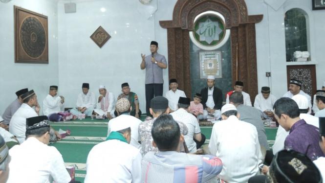 Wali Kota Hendi memberikan sambutan di Masjid Al-Iman, Kec. Tembalang.