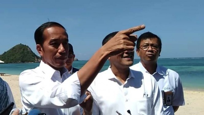 Jokowi saat meninjau pembangunan Sirkuit MotoGP di Lombok, Nusa Tenggara Barat.