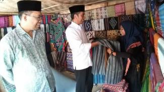 Jokowi mengunjungi kios kain tenun di Lombok, Jumat, 17 Mei 2019.