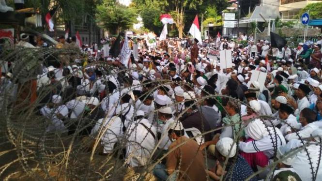 Massa FUI berdemonstrasi di kantor Bawaslu Jawa Timur, Surabaya, pada Jumat, 17 Mei 2019.
