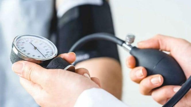 Ilustrasi memeriksa tekanan darah.