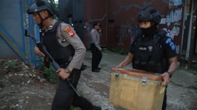 Densus 88 menggeledah rumah terduga teroris.