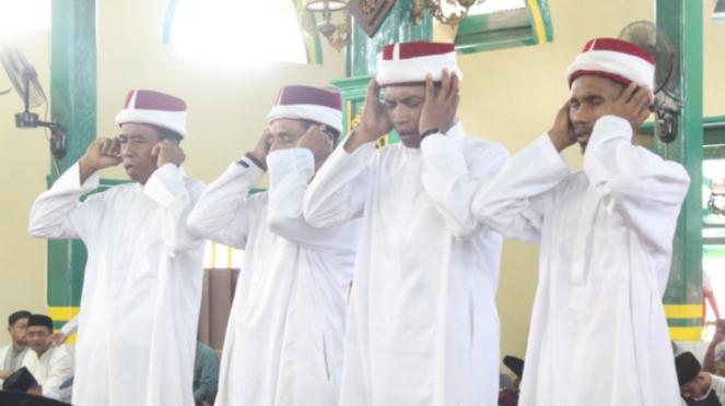 Empat muazin mengumandangkan azan di Masjid Kesultanan Ternate