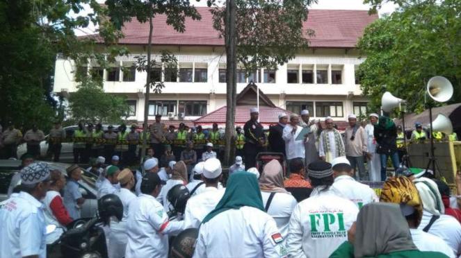 Pendukung Prabowo-Sandi menggelar aksi di depan kantor Bawaslu Kalimantan Timur