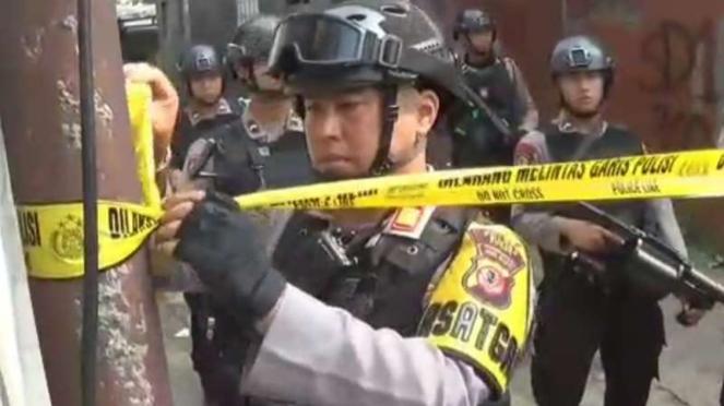 Polisi mengolah tempat kejadian perkara rumah seorang terduga teroris berinisial