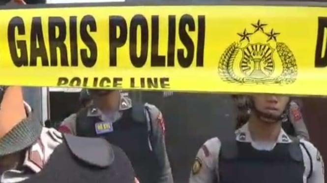 Polisi mengolah tempat kejadian perkara rumah seorang terduga teroris berinisial AR di di Cibinong, Bogor, Jawa Barat, Sabtu, 18 Mei 2019.