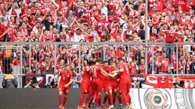 Pemain Bayern Munich merayakan gol ke gawang Eintracht Frankfurt