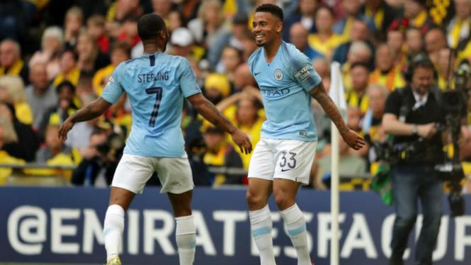 Dua pemain Manchester City, Raheem Sterling dan Gabriel Jesus, merayakan gol