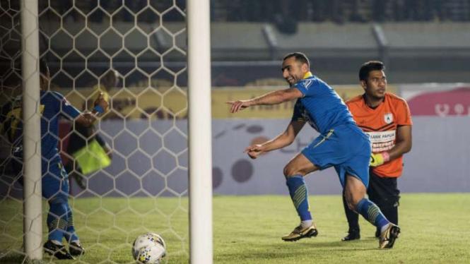 Pemain Persib Bandung,  Artur Gevorkyan (kedua kanan) rayakan gol