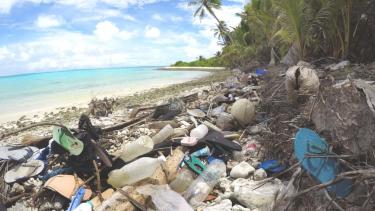 https://thumb.viva.co.id/media/frontend/thumbs3/2019/05/19/5ce0b9291d9ac-peneliti-temukan-tumpukan-sampah-sandal-bekas-di-sebuah-pulau-selatan-pulau-jawa_375_211.jpg