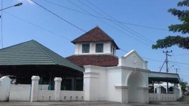 https://thumb.viva.co.id/media/frontend/thumbs3/2019/05/19/5ce104d35cb06-masjid-katangka-mengadopsi-arsitektur-berbagai-negara_375_211.jpg