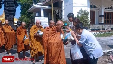 https://thumb.viva.co.id/media/frontend/thumbs3/2019/05/19/5ce125a40e775-umat-buddha-rayakan-waisak-di-vihara-dhammadipa-arama_375_211.jpg