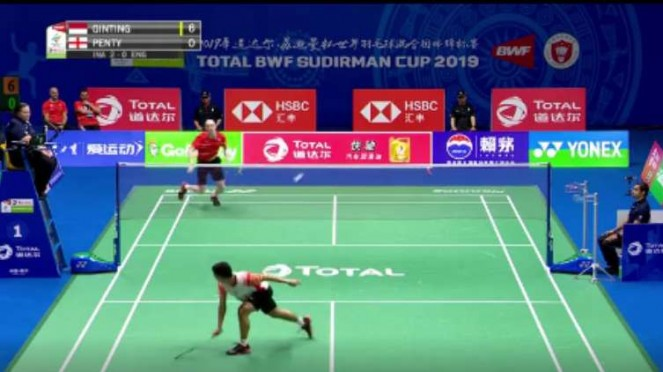 Anthony Ginting saat menepis bola hasil smes Toby di Sudirman Cup 2019.
