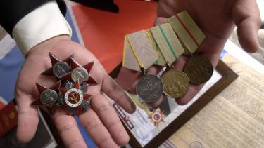 https://thumb.viva.co.id/media/frontend/thumbs3/2019/05/20/5ce20366d7d5a-temukan-medali-perang-dunia-ii-di-pasar-loak-seorang-pria-melacak-keberadaan-prajurit-hingga-ke-rusia_375_211.jpg