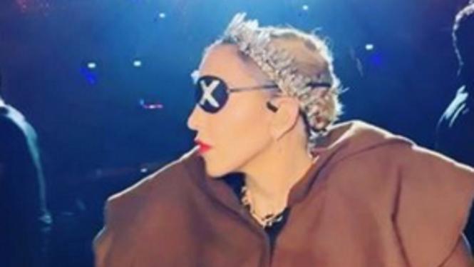Madonna mengenakan tiara karya Rinaldy Yunardy