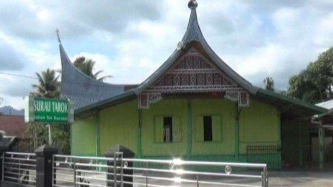 Surau Tarok yang diperkirakan berusia 1,5 abad di Kelurahan Kuranji, Kecamatan Kuranji, Kota Padang, Sumatera Barat.
