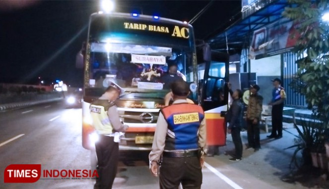 https://thumb.viva.co.id/media/frontend/thumbs3/2019/05/20/5ce2413f57a08-polres-kediri-razia-bus-jelang-people-power_663_382.jpg