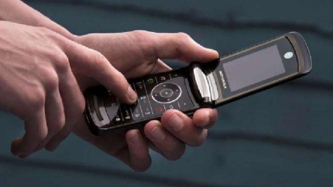 Ponsel flip milik Motorola.