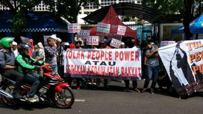 Ratusan Mahasiswa datang ke KPU Suarakan Tolak Aksi People Power