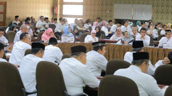 Wali Kota Tangerang Arief R Wismansyah memimpin rapat evaluasi SKPD di Ruang Akhlakul Karimah, Gedung Balai Kota Tangerang, Banten, pada Senin, 20 Mei 2019.