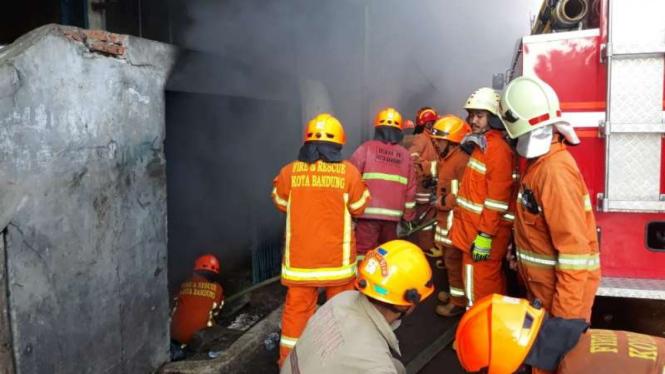 Sejumlah petugas pemadam kebakaran berusaha memadamkan api di Pasar Kosambi di Kota Bandung, Jawa Barat, Senin, 20 Mei 2019.