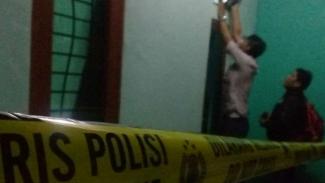 Sebuah kontrakan di Jalan Sasak, Cilodong, Depokk digerebek polisi.