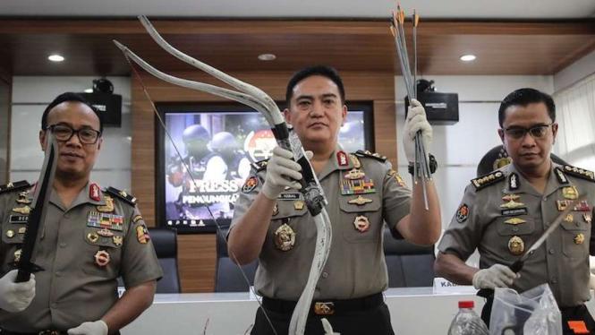 Divisi Humas Polri perlihatkan barang bukti senjata kasus terorisme JAD
