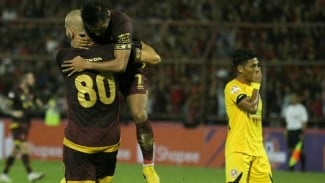 Pemain PSM Makassarmerayakan gol