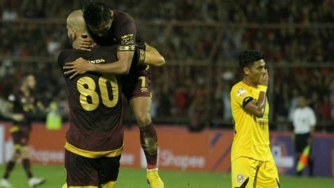 Pemain PSM Makassar saat melawan Semen Padang