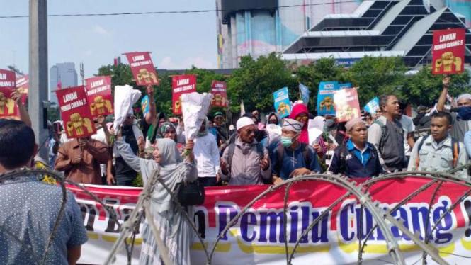 Massa menolak hasil pemilu unjuk rasa di depan kantor Bawaslu, Jakarta.