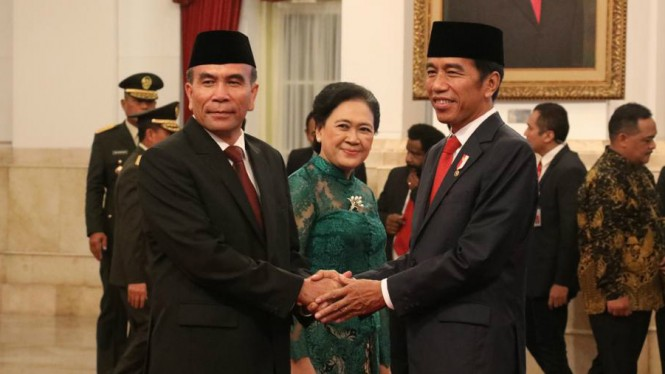 Presiden Jokowi menyalami Kepala BSSN, Hinsa Siburian