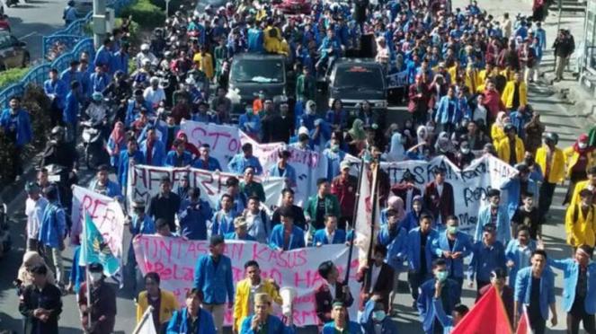 Demo peringatan reformasi di depan gedung DPRD Riau, Selasa, 21 Mei 2019.